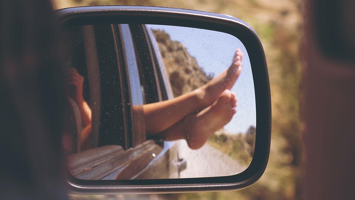 Mit ein paar Tricks und Ideen kann eine Autofahrt mit Kind entspannter werden