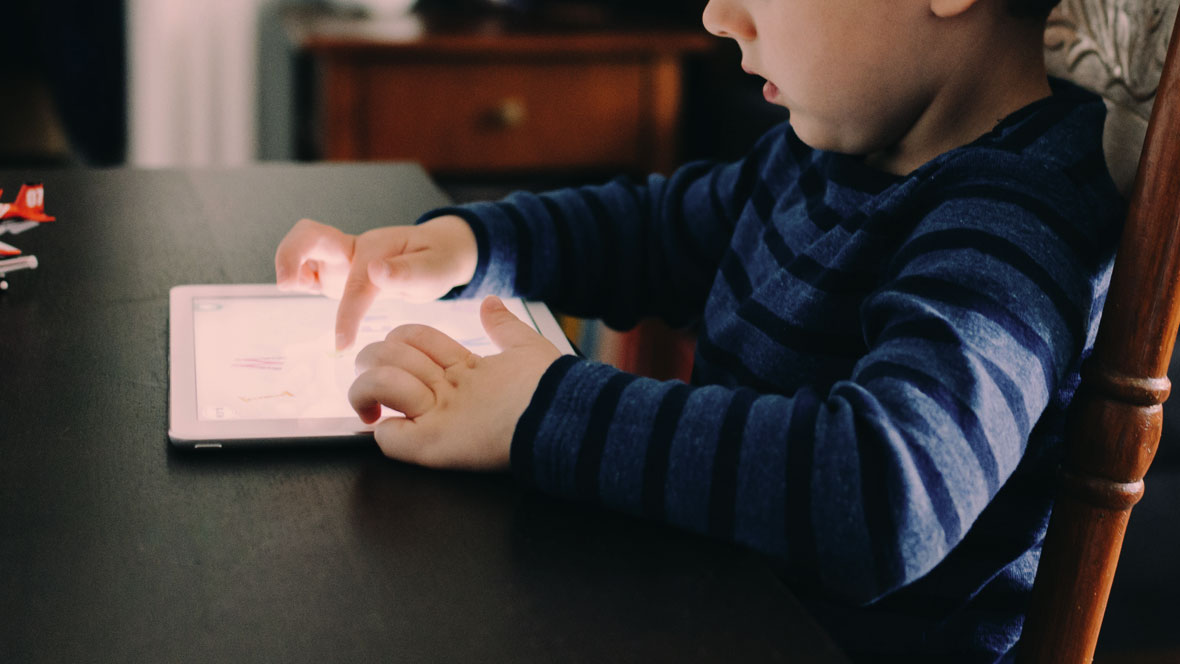 Kind spielt mit einem Tablet