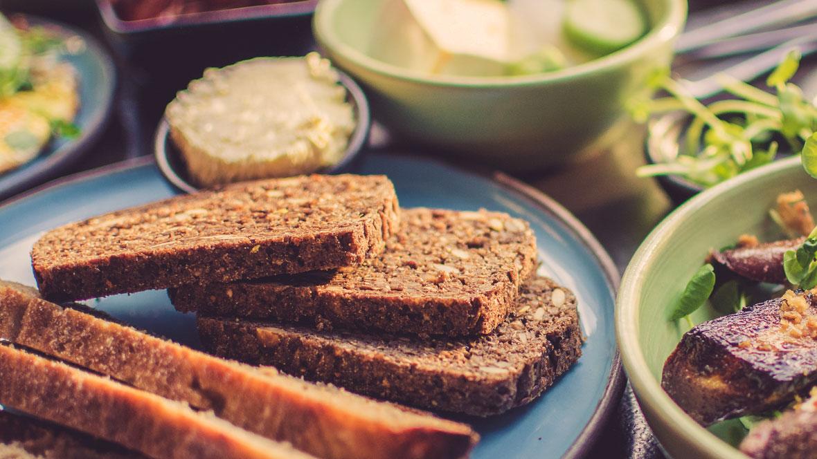 Brot liegt auf einem Teller