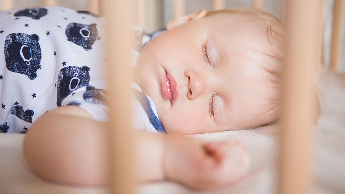 Baby schläft in kühlem Zimmer