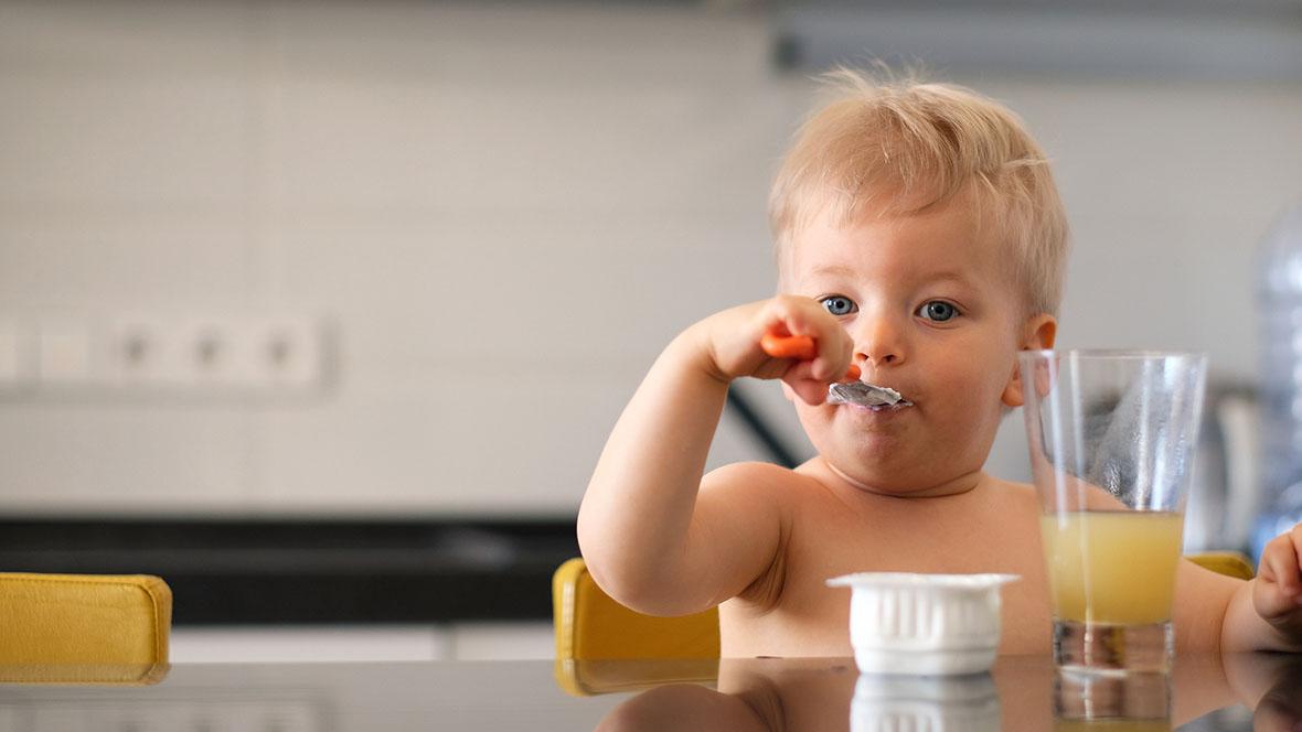 essen mit messer und gabel so lernt dein kind selbst zu essen. Black Bedroom Furniture Sets. Home Design Ideas