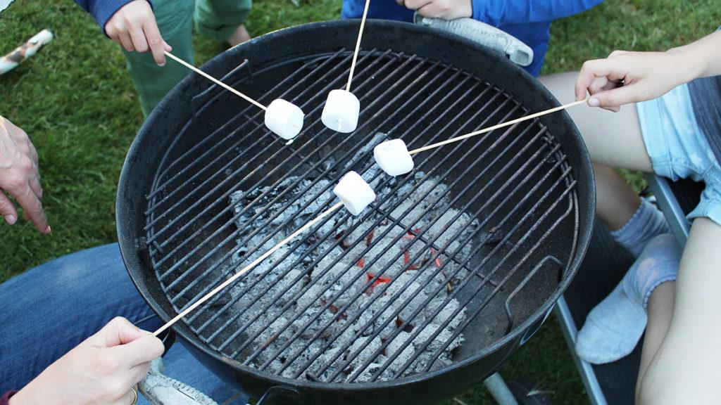 Marshmallows lassen sich prima als Nachtisch über dem Grill rösten.