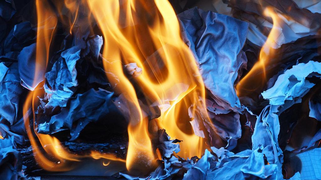 : Brennendes Papier mag schön aussehen – sollte aber als Brennmaterial vermieden werden.