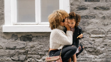 Berufstätige Mutter mit Tochter