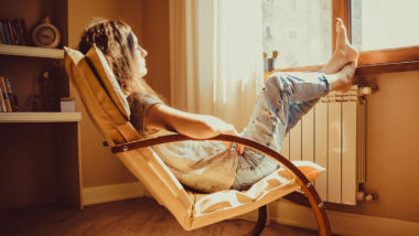 Ausschabung, Frau sitzt nachdenklich im Stuhl
