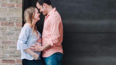 Vater hält Bauch der Schwangeren
