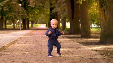 Kleinkind tanzt im Park