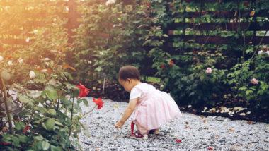 Kleinkind spielt im Garten