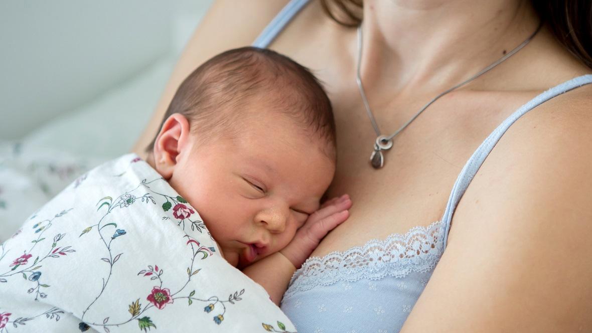 Neugeborenes auf der Brust seiner Mutter