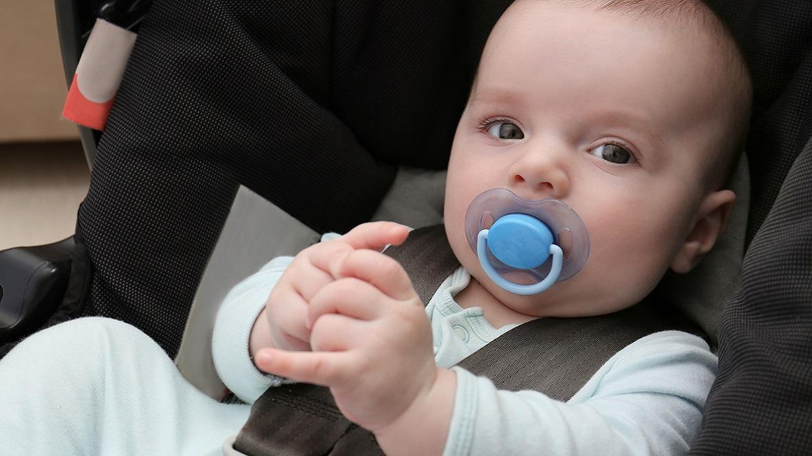 Baby liegt in Babyschale