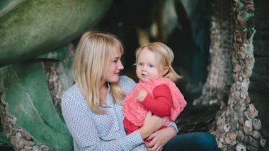 Mutter hält kleine Tochter im Arm