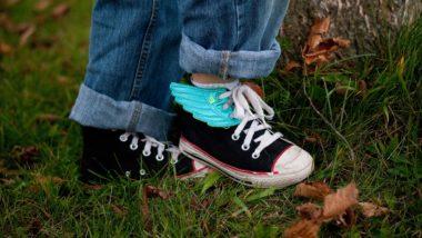 Kind mit Schnürschuhen
