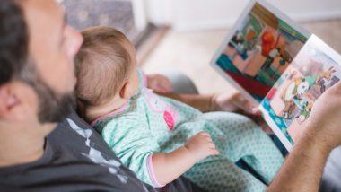 Vater liest Baby ein Buch vor