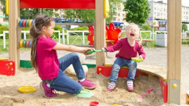 Zwei Schwestern streiten sich im Sandkasten