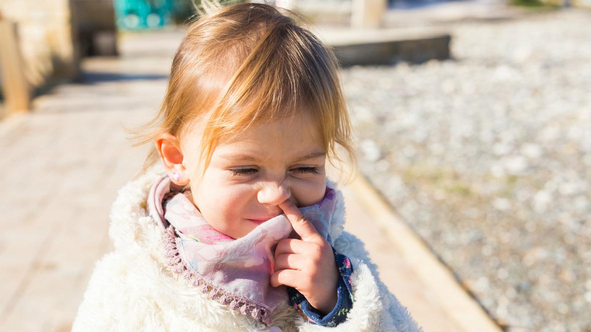 Ein kleines Mädchen popelt in der Nase