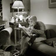 Frau liest Kind Geschichten vor