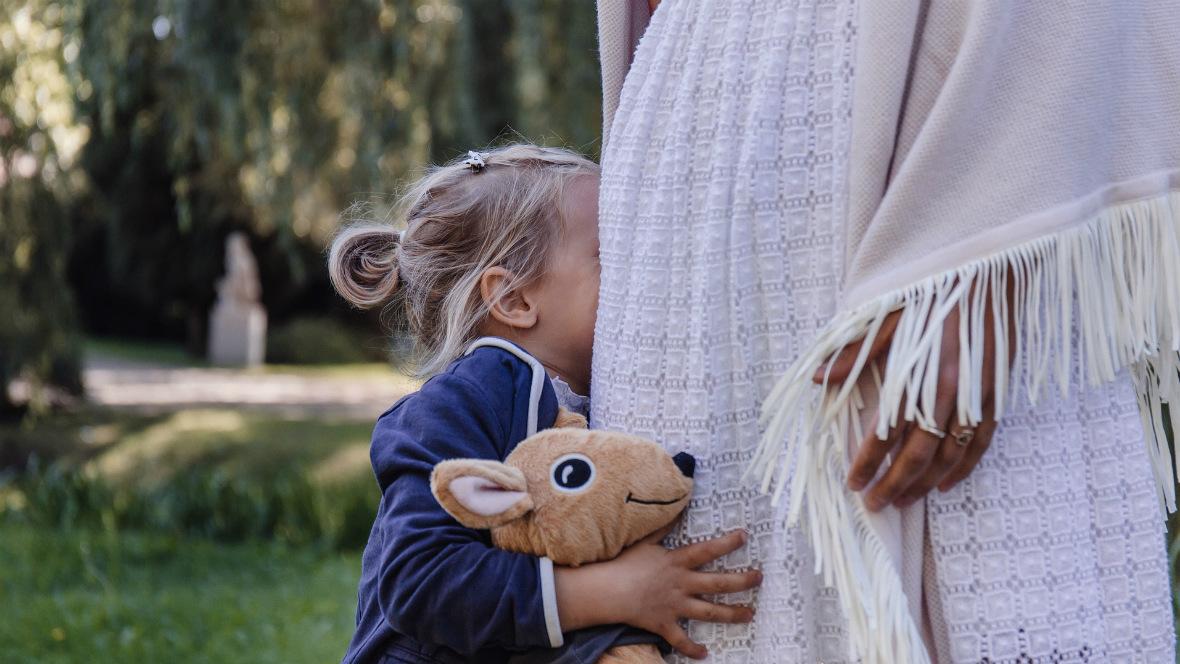 Ein kleines Mädchen versteckt sich bei ihrer Mutter