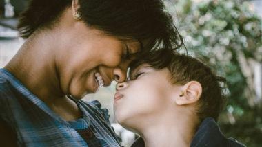 Mutter umarmt kleinen Sohn